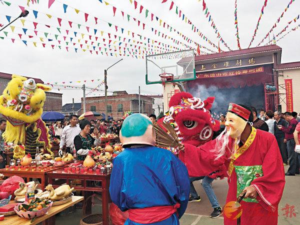■「年例」是粵西民眾在春節過後的一項盛大的傳統民俗文化活動。圖為廣東湛江吳川市上金雞村年例擺宗現場醒獅表演。 資料圖片