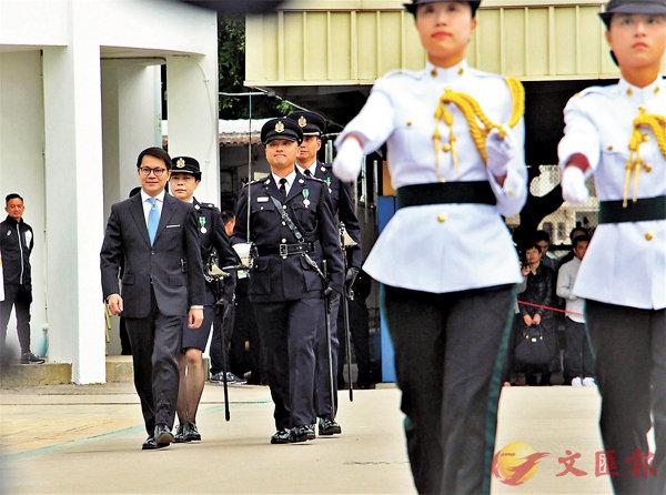■陳克勤(左一)昨獲邀出席海關結業會操典禮。