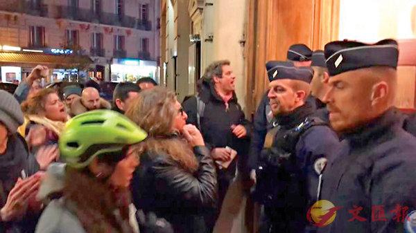 ■ 示威者包圍劇院。 法新社