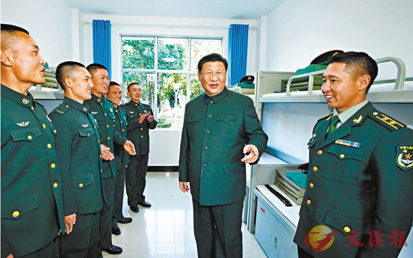 ■19日,習近平在某邊防營同官兵親切交談。 新華社