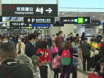 西九站出入乘客大多戴口罩出現退票人龍