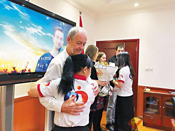 ■菲利普的家人決定器官捐贈後,與重慶紅十字會工作人員緊緊相擁。重慶市紅十字會供圖