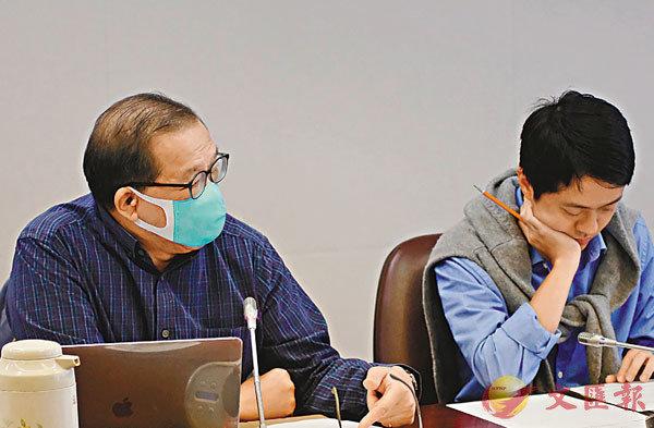 ■甘乃威動議投訴包括黃何詠詩等官員「疏忽職守」。 香港文匯報記者  攝