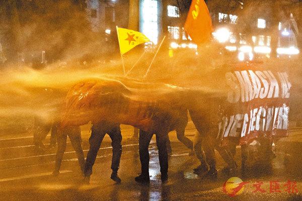 ■ 警方出動水炮車驅散示威者。美聯社