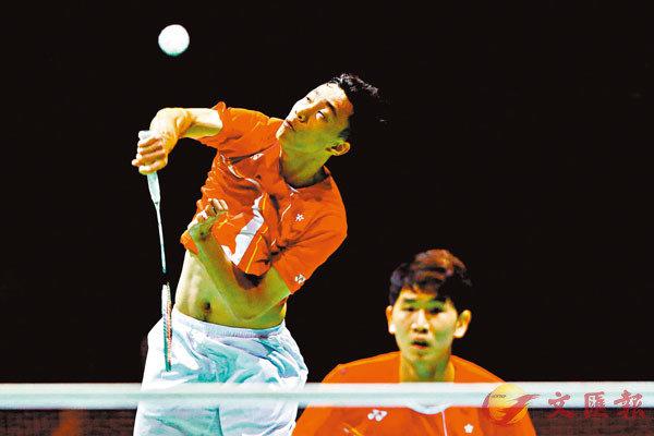 ■ 楊銘諾(左)在比賽中扣殺。 資料圖片