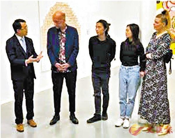 ■駐柏林經貿辦處長李志鵬與IAM創始人Martin M�▍ler、香港藝術工作者Tang Pak Hin及Liu Shiyan等人於展覽開幕禮上交流。