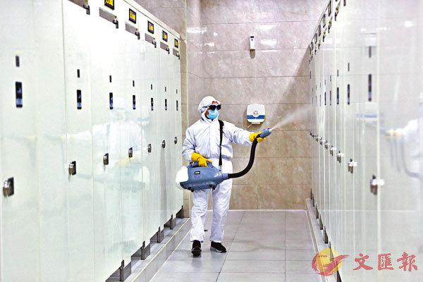 ■钟南山昨日表示,粪便是否传染病毒值得高度警惕。 图为工作人员日前对上海虹桥火车站候车大厅的一间洗手间进行消毒。 中新社