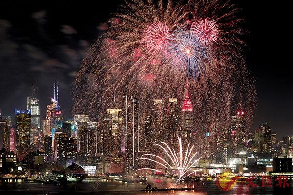 ■紐約哈德遜河上空燃放焰火,帝國大廈點亮紅色彩燈,慶祝中國春節。