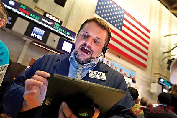■內地爆發新型冠狀病毒,市場憂慮會影響全球經濟,拖累美股出現較明顯的調整壓力。圖為紐約證券交易所交易員。 資料圖片