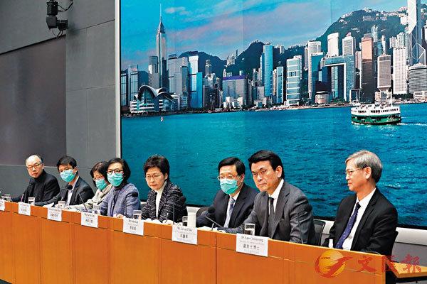 ■ 林鄭月娥昨日率各部門官員舉行記者會,宣佈多項加強防疫新措施。 香港文匯報記者  攝