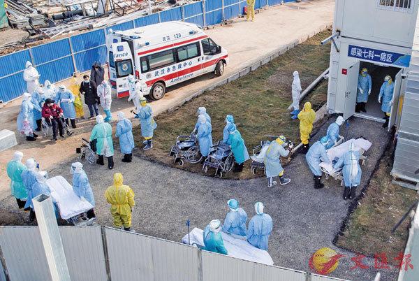 ■2月4日,武漢火神山醫院開始收治新型冠狀病毒感染的肺炎確診患者。圖為醫護人員將患者送往病房。  新華社