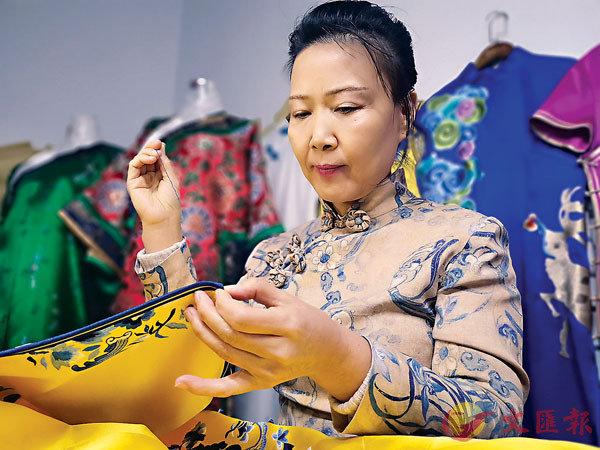 ■ 賈淑娟用一針一線賦予旗袍靈動之美。香港文匯報記者吳千  攝