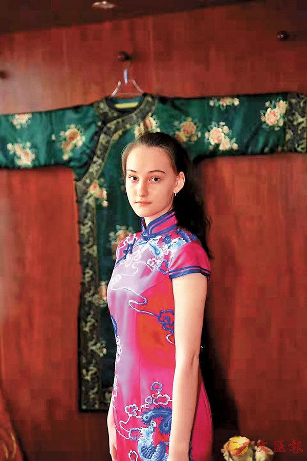 ■ 在外國,端莊典雅的旗袍也備受寵愛。圖為一名外國女子身�虒貒Q娟工作室的旗袍。 受訪者供圖