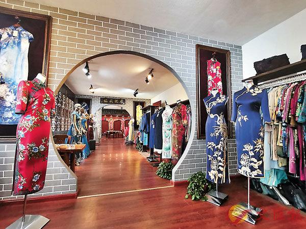 ■ 在賈淑娟的工作室內,各式滿族旗袍琳琅滿目。香港文匯報記者吳千  攝