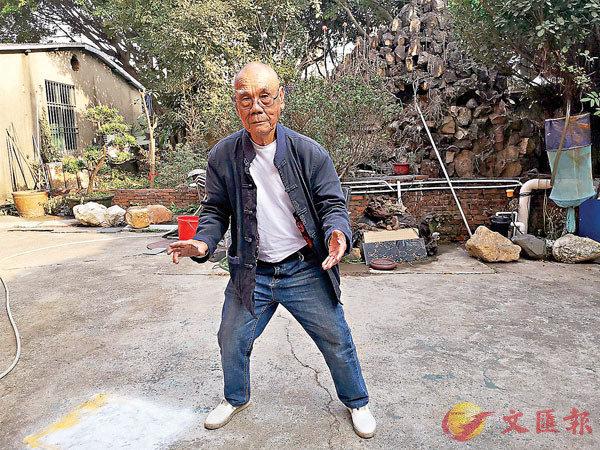 ■文琰森展示七星獅步法。香港文匯報記者石華  攝