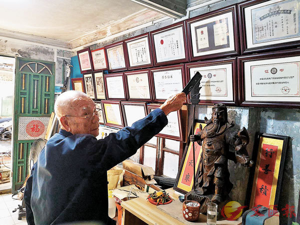 ■文琰森介紹自己獲得的各項榮譽。香港文匯報記者石華  攝