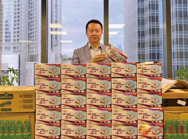 ■在港龍會會長魏明德的帶領下,該會向本港多家兒童院捐贈了15,000個口罩。