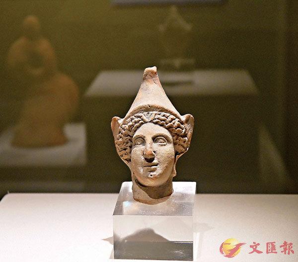 ■紅陶製成的《戴頭盔的雅典娜頭像》非常精巧。