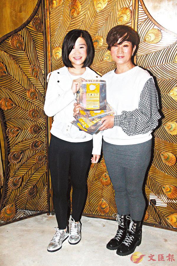 ■ 唐韋琪(右)與張若希做活動不忘派口罩。