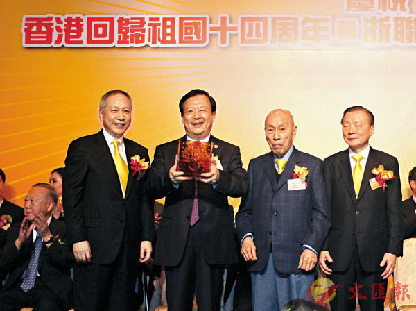 ■ 2011年,時任浙江省委副書記的夏寶龍(左二)來港,出席香港浙江省同鄉會就職禮。 資料圖片