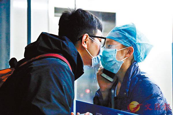 ■ 黃千瑞(左)和陳穎11天沒見面,小情侶隔�茯謎�親吻。 香港文匯報浙江傳真