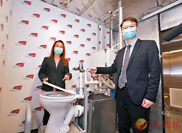 ■左起:李慧芯、賴志強。城大團隊發現,每次沖廁可產生多達8萬顆水珠,最高可濺起至離廁板一米位置。香港文匯報記者  攝