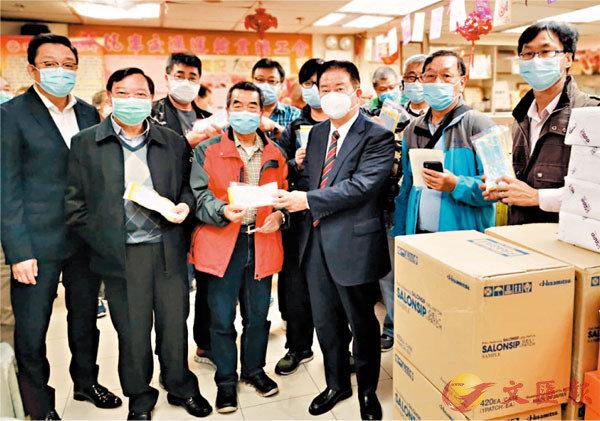 ■林龍安向的士司機派發口罩。 香港文匯報記者  攝