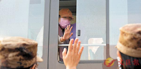 ■昨日,在武漢火神山醫院,治癒患者與醫療隊隊員揮手道別。 新華社