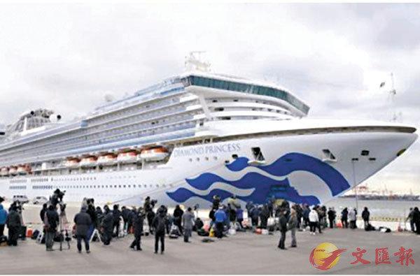 ■在日本橫濱,「鑽石公主」號郵輪靠岸準備接受物資補給。 網上圖片