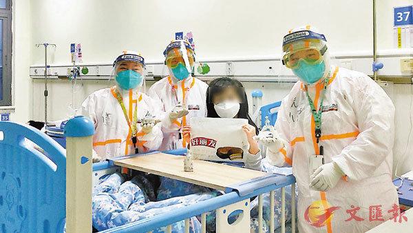 ■深圳市第三人民醫院兒科小患者手持賀卡與醫護合影。 受訪者供圖