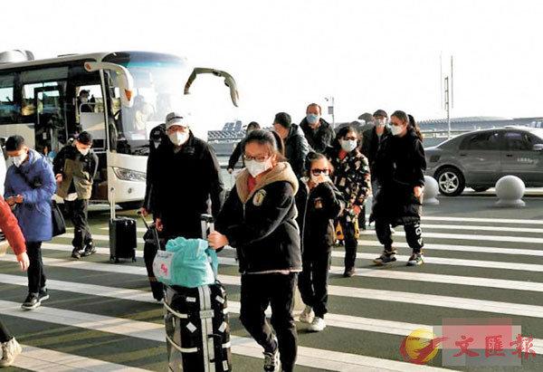 ■學者批評台當局置滯留武漢的台胞於不顧。圖為首批滯漢台胞坐民航包機回台灣。 網上圖片