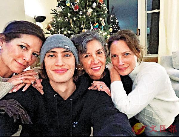 ■國際模特兒新寵James Turlington(左二)在剛過的聖誕節,與母親Kelly(左一)、外祖母(右二)、超級名氣經典中的名模姨母Christy(右一)在紐約合照。 作者提供