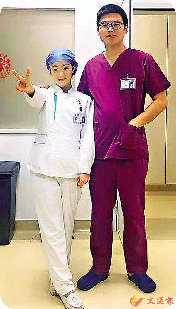■邱靜(左)和黃雙在醫院。 受訪者供圖