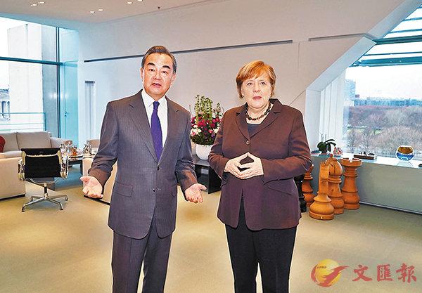 ■當地時間13日,德國總理默克爾(右)在柏林會見中國國務委員兼外長王毅。    新華社
