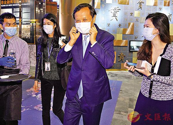 港交所行政總裁李小加(右二)戴口罩出席疫情大爆發以來首隻新股的上市儀式。 中新社