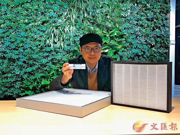 ■雅弦科技技術總監司徒健南介紹新空氣淨化器。 香港文匯報記者  攝
