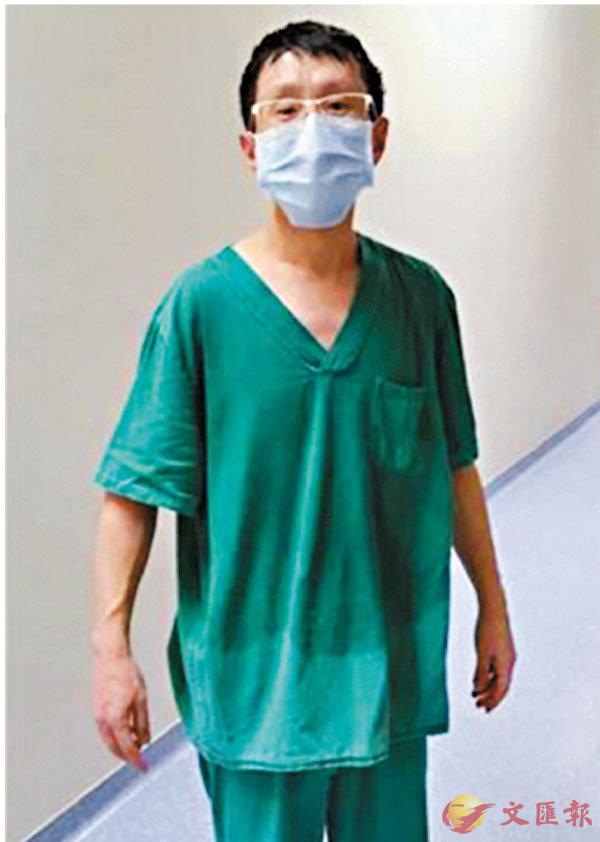 ■ 脫下厚重防護服的楊磊,貼身衣物被汗水浸透。受訪者供圖