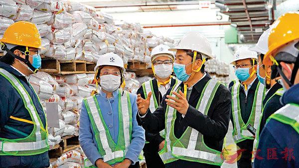 駱惠寧主任(左四)在招商局集團倉碼公司米倉走訪。中聯辦網站圖片