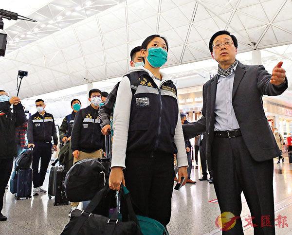 ■特區政府昨日派出30人先遣隊赴日,為「鑽石公主號」郵輪上的港人安排返港事宜,李家超親自到機場送行。 香港文匯報記者  攝