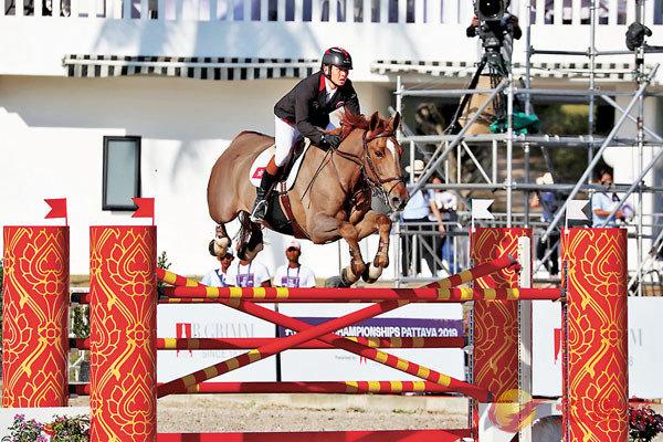 ■ 鄭文傑與拍檔馬匹「Tyson AZ」。馬會圖片