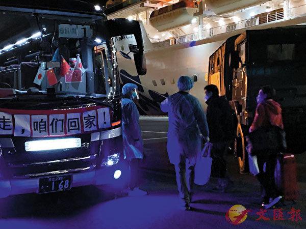 ■ 公主港客終於離開郵輪,登上專車。 大公文匯全媒體記者  攝
