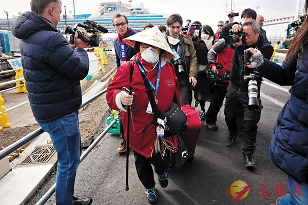 ■ 郵輪乘客離開時被記者包圍。美聯社