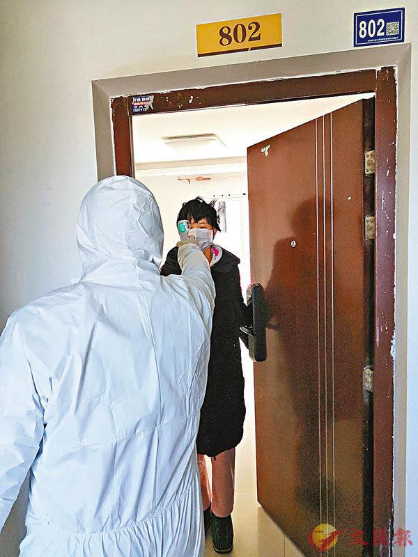 ■武漢市蔡甸區社區幹部對居民進行測溫排查。 香港文匯報通訊員孫克亮  攝