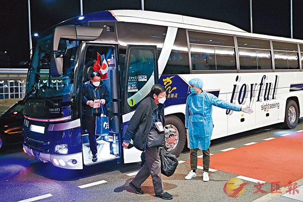■旅日閩籍僑胞劉丹蕻(原田優美)用自己公司運營的13輛大巴將「鑽石公主號」上的中國乘客接載至東京羽田機場。 新華社