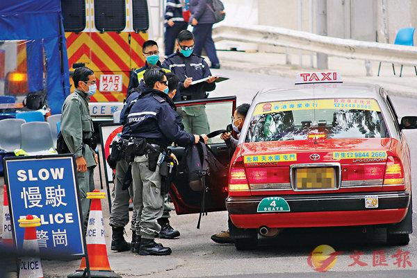 ■警崗查驗經過駿洋�h的人士。 香港文匯報記者 攝