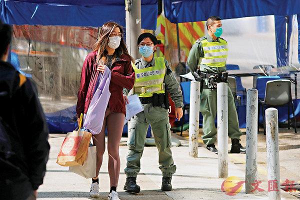 ■親友為駿洋�h檢疫中心入住者送物品。香港文匯報記者  攝