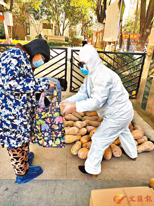 ■武漢某小區居民自發組織食品採購。   網上圖片