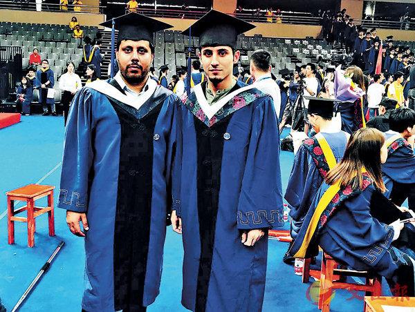 ■ 2019年7月薩伯(右)參加二哥的畢業典禮,還在學習中的薩伯借了一套學士畢業服,憧憬�茞朵~。  受訪者供圖