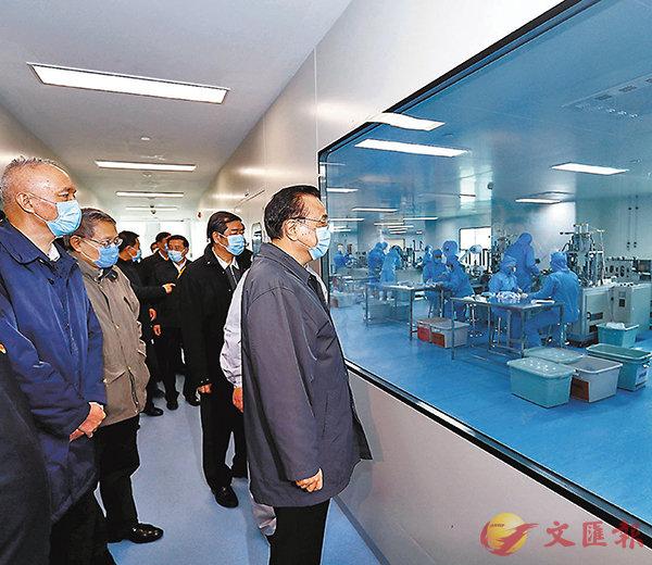 ■昨日李克強專程到北京市海淀區一家臨時轉產的企業督戰口罩生產。 中新社