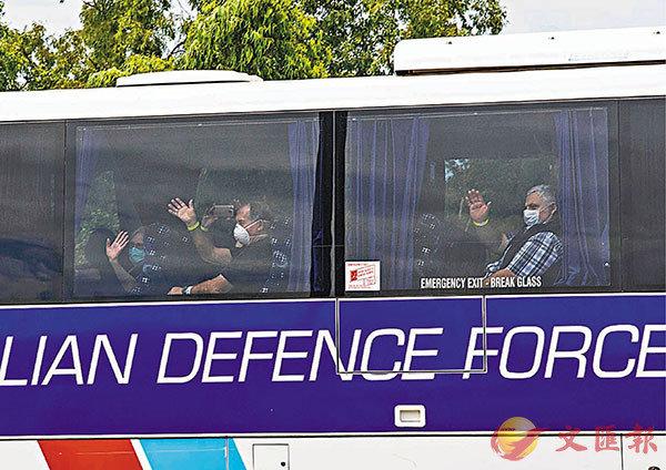 ■澳洲「鑽石公主」號乘客抵達北領地。  美聯社